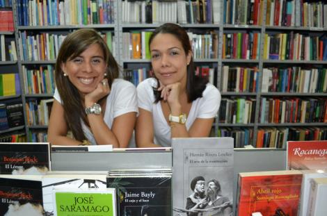 María Alejandra y Melissa en Librería Alejandría II / Fotografía Adriana R. Herrera