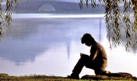 joven leyendo