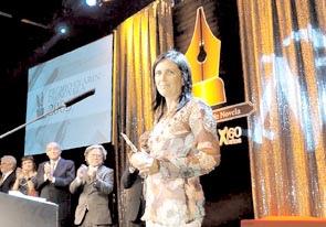 Claudia recibiendo Premio Clarín