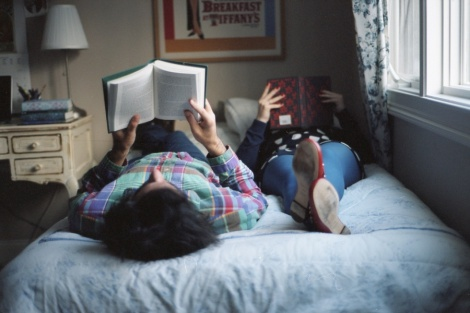 pareja leyendo