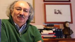 El poeta Antonio Colinas en su domicilio de Salamanca, junto a su libro 'Obra poética completa (1967-2010)'