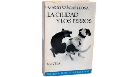 """Rechazada por innumerables editoriales, """"La Ciudad y los Perros"""" fue una de las obras que gatilló el boom de la literatura latinoamericana."""