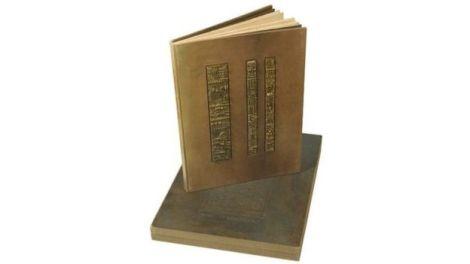 Con textos de Jorge Luis Borges y bajos relieves de bronce del artista italiano Arnaldo Pomodoro, este libro puede considerarse un objeto artístico en sí mismo.