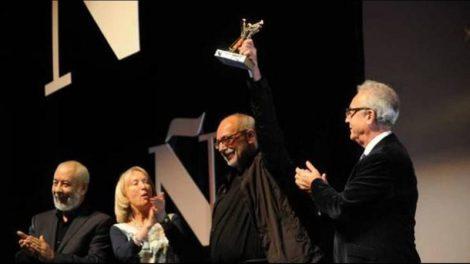 carlos-bernatek-recibe-el-premio-clarin-novela-por-su-obra-el-canario-800x450